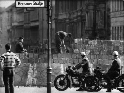 Arbeiter erhöhen 1961 die Sektorensperre an der Bernauer Straße in Berlin.