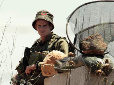 Ein israelischer Soldat an der Grenze zum Libanon. Israel hat überraschend seine Bereitschaft zu Friedensverhandlungen mit dem Nachbarland angekündigt.