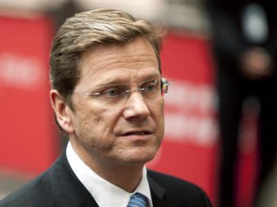 Vizekanzler Guido Westerwelle (FDP) präsentiert sich bei einer Pressekonferenz mit ernster Miene.