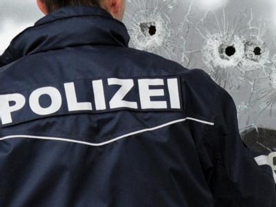 2009: Einschusslöcher in der Scheibe eines Autohauses in Wendlingen.