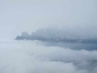 Eine riesige Säule aus Rauch und Asche steht über dem Gletschervulkan.