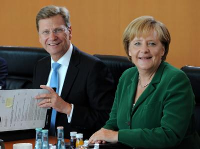 Bundesaußenminister Westerwelle und Bundeskanzlerin Merkel am Kabinettstisch im Bundeskanzleramt.