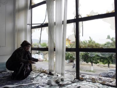Nach Unruhen im Süden Kirgistans zeigt eine Frau eine zerstörte Glasscheibe. (Archivbild)