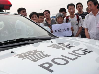 Eine Unterstützerin der nun verurteilten Wang Lihong vor einem Gerichtsgebäude in Peking. (Archivbild)