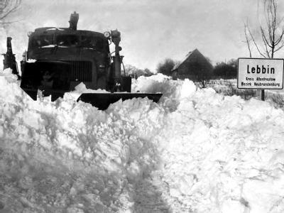Mit schwerer Technik hilft die sowjetische Armee die Landstraße bei Lebbin (Kreis Altentreptow) von meterhohen Schneeverwehungen zu räumen. (Archivfoto vom 03.01.1979)