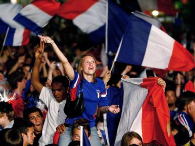 Anhänger der französischen Fußball-Nationalmannschaft mit der Flagge ihres Landes. (Archivbild)