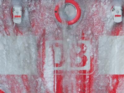 Hinter einer Schicht aus Eis kaum noch zu sehen: Das Logo der Bahn.