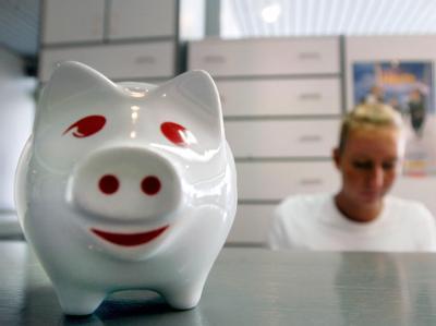 Ein Sparschwein auf der Theke einer Praxis. Wird die Praxisgebühr wieder abgeschafft? Foto: Frank Rumpenhorst