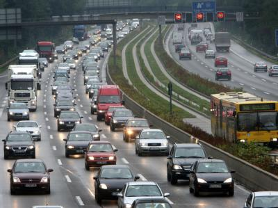 Stau auf der Autobahn: In Heidelberg kommen die Verkehrsminister von Bund und Ländern zu ihrer Herbstkonferenz zusammen.