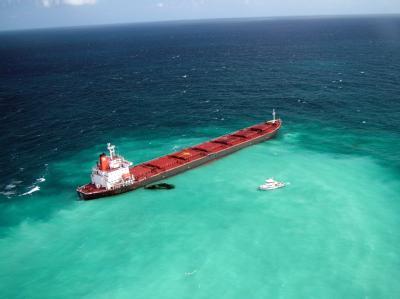 Der festsitzende Kohlefrachter «Shen Neng 1» war auf das größte Korallenriff der Welt aufgelaufen.