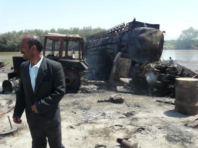 Ein Afghane vor einem der am Freitag bei dem Luftangriff explodierten Tankwagen.
