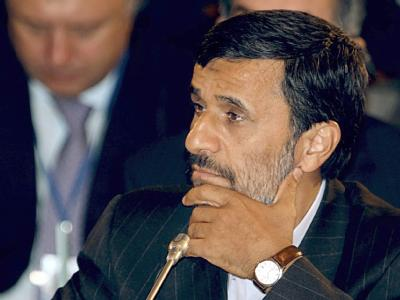 Seit der Wahl am Ende vergangener Woche sieht sich Irans Präsident Ahmadinedschad, hier am Dienstag, mit Protesten konfrontiert.