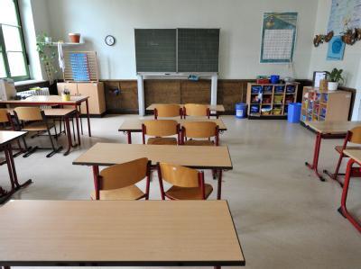 Blick in das leere Klassenzimmer einer Schule. Sollen Lehrer künftig ein Führungszeugnis vorlegen?