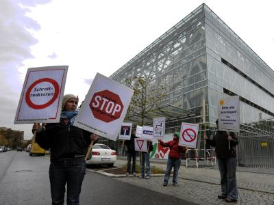 Eine Handvoll Demonstranten protestiert am Rande der Koalitionsverhandlungen gegen Atomkraftwerke.