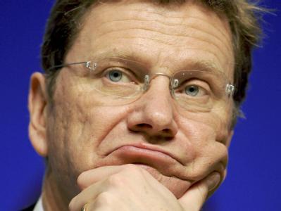 FDP-Chef Westerwelle mit ernstem Gesicht. Die Steuerpläne der neuen Koalition stoßen auf Skepsis.