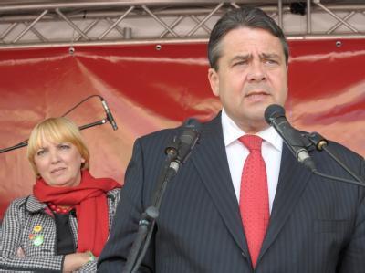Knapp dahinter: Grünen-Parteichefin Claudia Roth hinter dem SPD-Vorsitzenden Sigmar Gabriel.