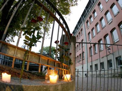 Rosen und Kerzen am Eingang des Carolinum-Gymnasium in Ansbach.