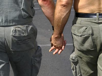 Zwei homosexuelle Männer Hand in Hand (Archivfoto): Bayern hat seine Klage gegen Stärkung der Rechte gleichgeschlechtlicher Paare zurückgezogen.