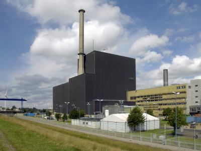 Blick auf das Atomkraftwerk in Brunsbüttel am Elbufer. (Archivfoto)