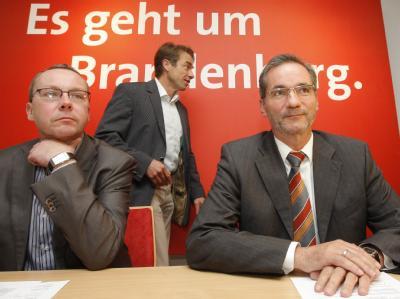 SPD-Generalsekretär Ness (l-r), Landtags-Fraktionschef Baaske und Brandenburgs Ministerpräsident Platzeck am Montag beim Kleinen Parteitag der SPD.