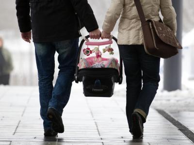 Eltern mit ihrem neugeborenen Kind. Der Anteil an unehelichen Geburten in der EU hat den Rekordwert von 37,4 Prozent erreicht. Foto: Friso Gentsch/Archiv und Symbolbild