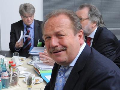 Verdi-Chef Frank Bsirske zeigt sich zufrieden. Foto: Bernd Settnik