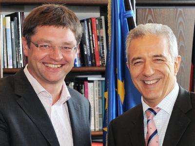 Der sächsische Ministerpräsident Stanislaw Tillich (CDU,r) und der FDP-Fraktionsvorsitzende im sächsischen Landtag, Holger Zastrow.
