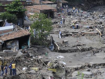 Ein über die Ufer getretener Fluss hat ein Dorf in El Salvador überschwemmt.