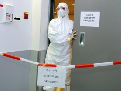 Eine Krankenschwester vor einem Hochsicherheitslabor. (Archivbild)