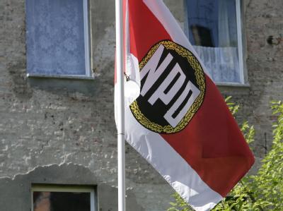 Die NPD-Fahne auf dem Hof der NPD-Parteizentrale in Berlin. (Archivbild)