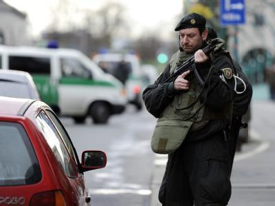 Ein bewaffneter Polizist am vergangenen Sonntag während der Fahndung nach den Ausbrechern.