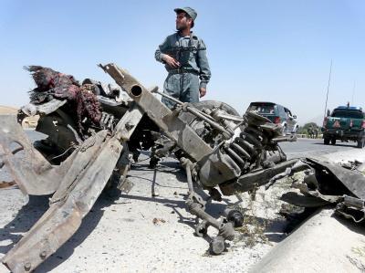 Ein afghanischer Polizist am Ort eines Anschlags auf einen NATO-Versorgungskonvoi. (Archivbild)