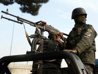 Ein Regierungssoldat am Ort der Kämpfe vor dem UN-Gebäude in der afghanischen Hauptstadt.