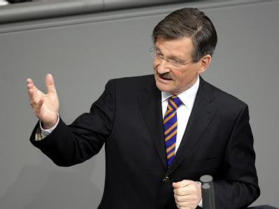 Der FDP-Steuerexperte Solms sieht in der Steuersenkungsdebatte die Union in der Pflicht. (Archivbild)