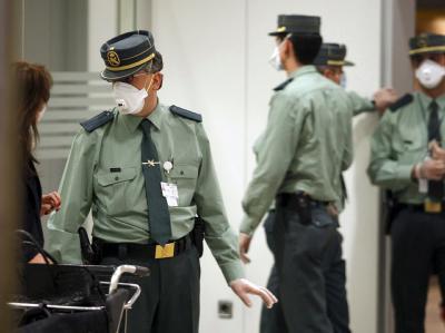 Mitglieder der spanischen Guardia Civil schützen sich mit Atemschutzmasken vor einer Ansteckung mit der Schweinegrippe. (Archivbild)
