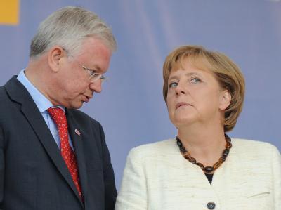 Bundeskanzlerin Angela Merkel und der hessische Ministerpräsident Roland Koch bei einem Wahlkampfauftritt im Mai.
