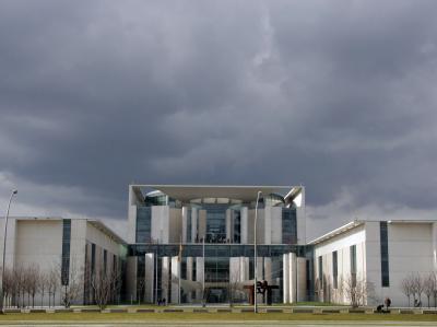 Dunkle Wolken über dem Kanzleramt in Berlin.