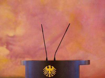 Das leere Rednerpult des Bundespräsidenten im Schloss Bellevue in Berlin. Foto: Michael Kappeler