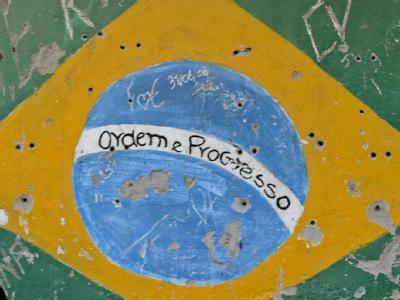 In einem Armenviertel ziert die Flagge Brasiliens die Wand eines Hauses. Foto: Fernando Bizerra Jr
