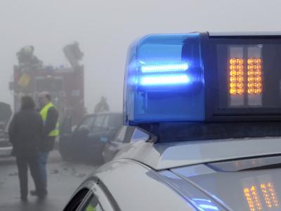 Das Blaulicht eines Polizeiwagens an einer Unfallstelle. (Symbolbild)