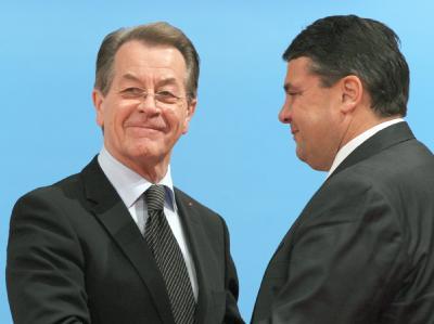 Der ehemalige SPD-Vorsitzende Müntefering (l) gemeinsam mit dem neuen Parteivorsitzenden Gabriel.