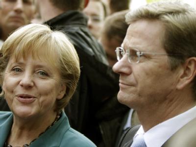 FDP-Chef Guido Westerwelle und Bundeskanzlerin Angela Merkel (CDU) vor den Koalitionsverhandlungen