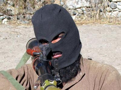 Ein maskierter Taliban in Pakistan. Im Nordwesten des Landes haben die Fanatiker ein Massaker verübt. Foto: Saood Rehman/Archiv