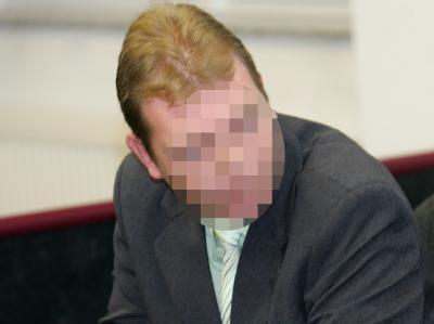 Einer der Angeklagten um den Feuertod des Afrikaners zu Prozessbeginn im Landgericht Dessau. (Archivbild)