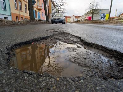 Für die meisten Deutschen ist die Reparatur von Straßen die wichtigste Aufgabe der Verkehrspolitik. Foto: Patrick Pleul