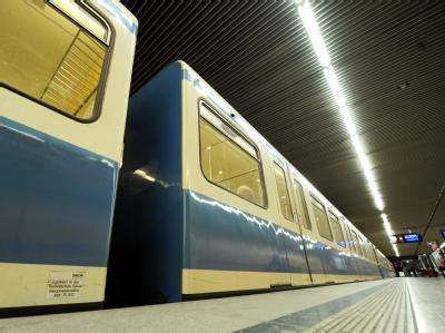 U-Bahn in München: Für einen lebensgefährlichen Angriff auf einen U-Bahn-Fahrgast sind langjährige Haftstrafen verhängt worden.