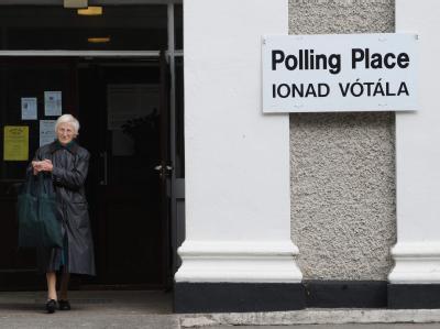 Eine Frau verlässt nach Abgabe ihrer Stimme in Dublin das Wahllokal.