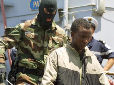 Ein somalischer Pirat wird in Mombasa von Bord eines französischen Kriegsschiffs gebracht. (Archivbild)