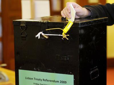 Eine Wählerin wirft in Dublin ihren Stimmzettel in eine Urne.