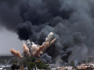 Juni 2011: Nach einem NATO-Luftangriff auf Tripolis steht eine dunkle Rauchwolke über der libyschen Hauptstadt. Foto: epa/STR